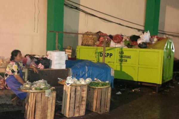DKPP menempatkan bak sampah di kolong Pasar Ciputat. (ymw)