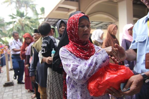 Warga Pakulonan mengantre mendapat bagian sembako gratis. (kie)