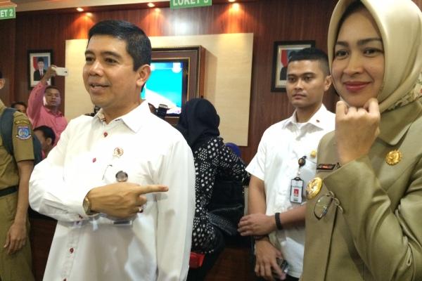 MenPAN-RB Yuddy Chrisnandy didampingi Walikota Tangsel Airin saat kunjungan di Kantor Kecamatan Ciputat. (man)