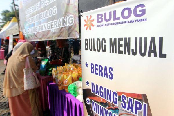 Warga memilih bahan pangan yang dijual dalam bazar Ramadan di Kecamatan Pamulang. (man)