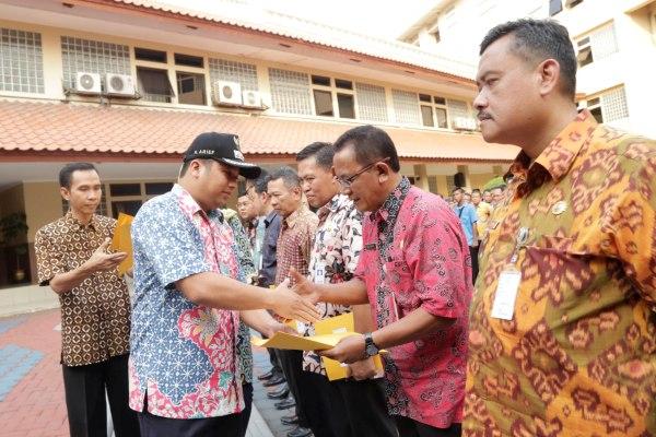Walikota Tangerang menyerahkan truk sampah secara simbolis. (ist)