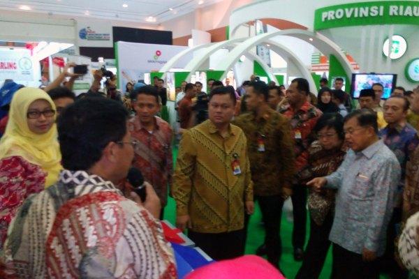 Wapres JK saat meninjau stan Pemkt Tangerang di Pameran Kementerian LH. (ist)