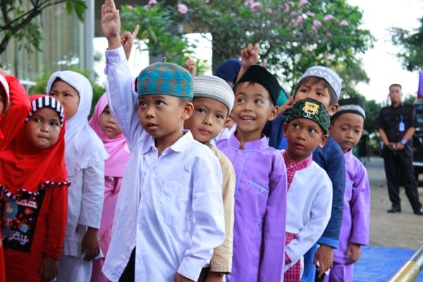Anak-anak terlihat antusias mengikuti kegiatan yang digelar Parador Group. (man)