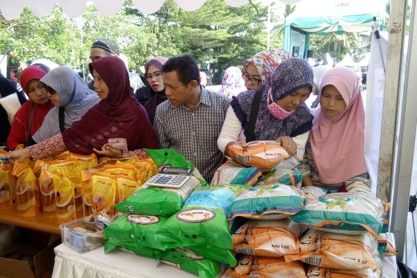 Warga antre mendapat sembako murah di Pasar Murah Kecamatan Pamulang. (one)