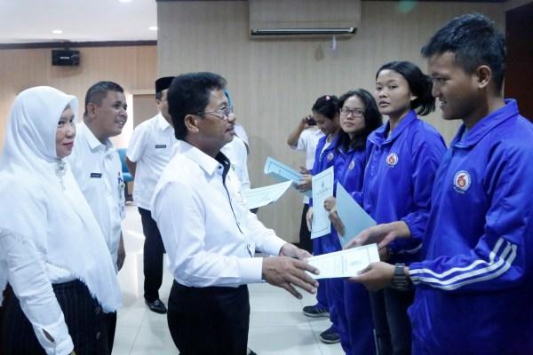 Wakil Walikota Tangerang memberikan penghargaan kepada atlet berprestasi. (ist)