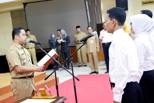 Walikota Tangerang mengukuhkan CPNS menjadi PNS. (ist)
