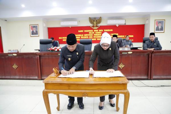 Penandatanganan empat Perda oleh Wakil Walikota dan Ketua DPRD Kota Tangerang. (ist)