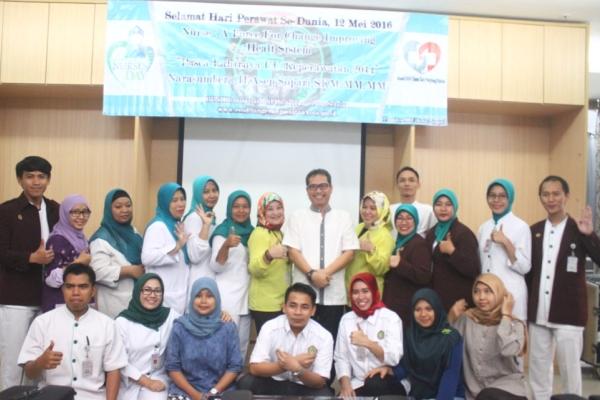 Karyawan RSU Tangsel foto bersama usai seminar memperingati Hari Perawat Sedunia. (one)