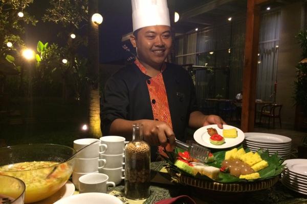 Chef Kendro memamerkan menu berbuka di Soll Marina Hotel Serpong. (man)