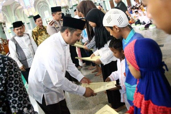 Walikota Tangerang memberikan santunan kepada anak yatim dalam program Tangerang Bersedekah. (ist)