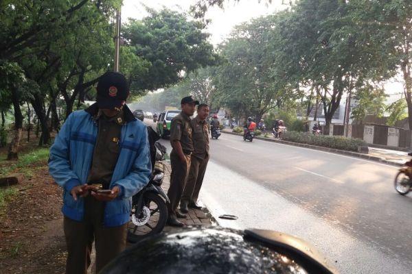 Petugas Trantib Kecamatan Batuceper berjaga di trotoar cegah PKL berdagang di bahu jalan. (nai)