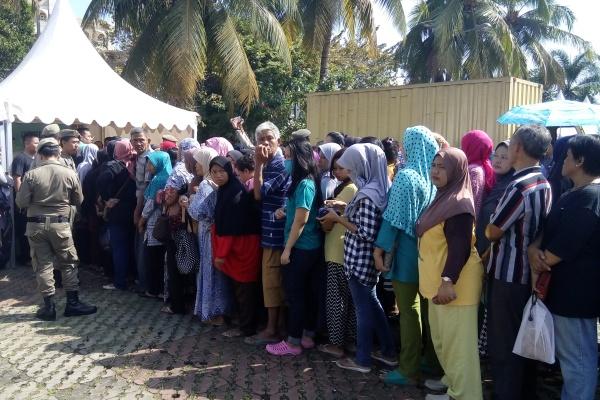 Warga antre mendapat sembako murah di Pasar Murah Pamulang. (one)