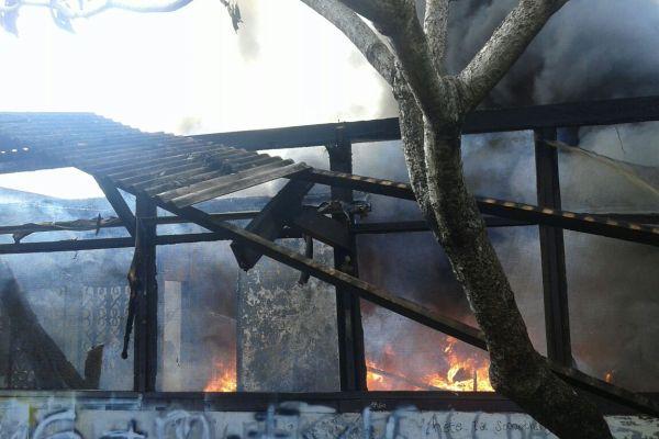 Hangus, sisa bangunan home industry yang terbakar di Ciputat. (ist)