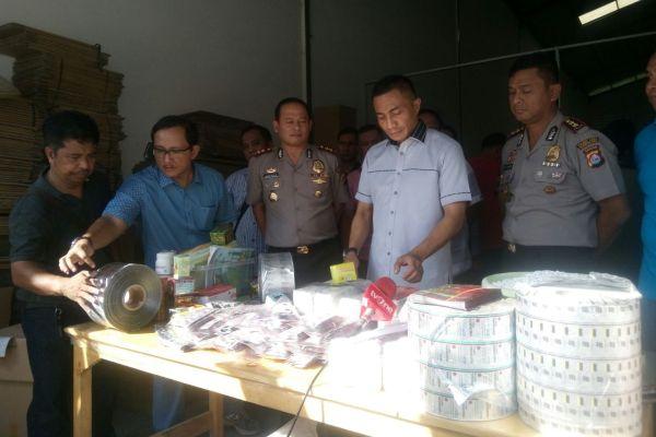 Petugas mengumpulkan barang bukti yang diamankan dari pabrik obat ilegal di Balaraja. (eni)