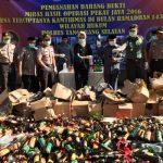 Ribuan Botol Miras Digilas di Mapolres Tangsel