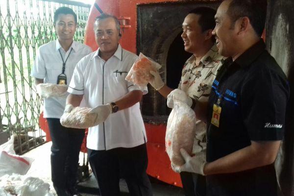 Petugas Polda Metro Jaya menunjukkan barang bukti ayam yang bakal dimusnahkan. (man)