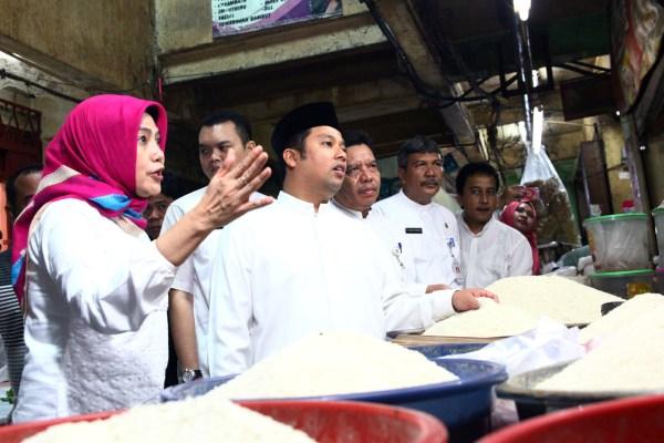 Walikota Tangerang saat sidak harga di Pasar Anyar. (ist)