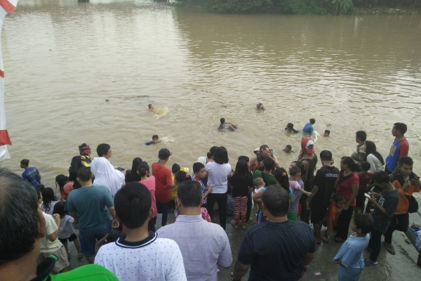 Warga Babakan keramas massal di Sungai Cisadane. (nai)