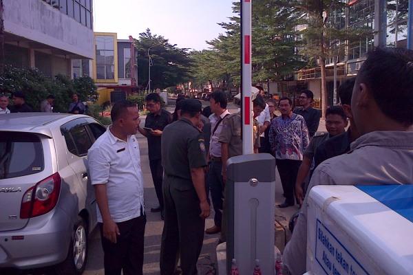 Anggota DPRD Kabupaten Tangerang bongkar portal parkir. (day)