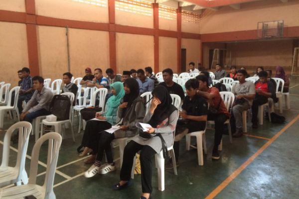 Peserta diskusi menyimak pembahasan tentang terorisme. (ist)