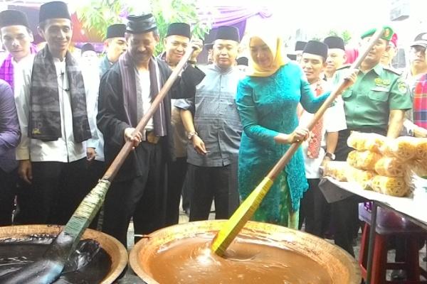 Walikota Tangsel mengaduk dodol dalam Festival Lebaran Betawi 2015 silam. (dok)