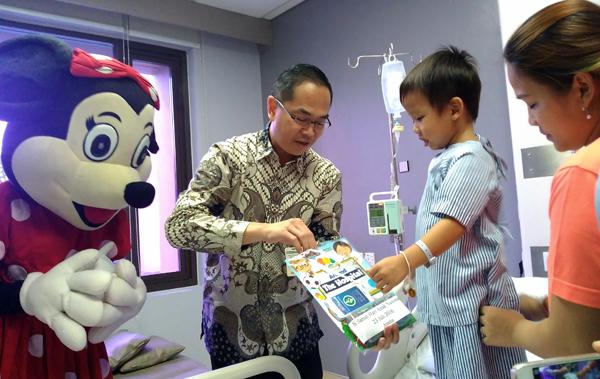 Salah seorang pasien anak rawat inap di Siloam Hospitals saat menerima pembagian buku. (bd)