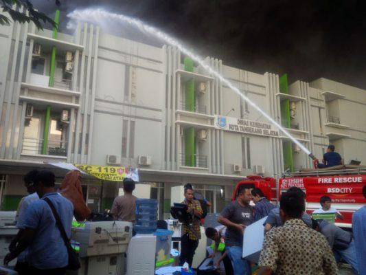 Kebakaran gudang ban di belakang kantor Dinas Kesehatan Kota Tangsel. (zar)