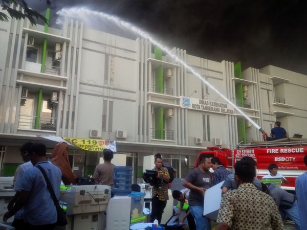 Kebakaran Gudang Ban Nyaris Lumat Kantor Dinkes Tangsel