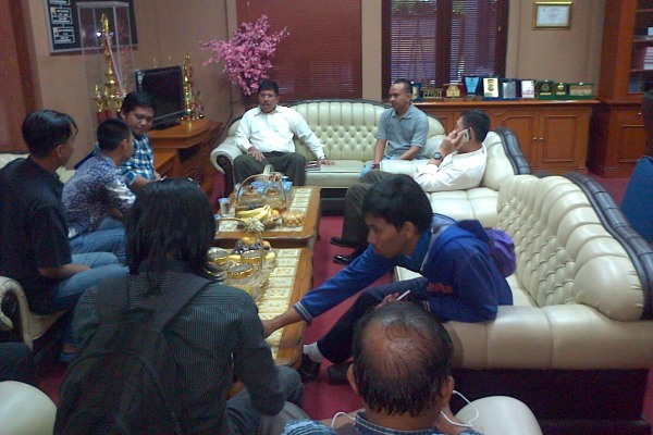Kepala Kejari Kabupaten Tangerang (kemeja putih) berbincang dengan wartawan. (day)