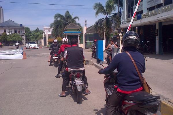 Warga melintasi gate parkir yang dipasang pengembang Pasar Modern Mutiara Karawaci. (day)