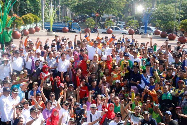 Warga dan pegawai Pemkot Tangerang saat mengarak Piala Adipura. (ist)