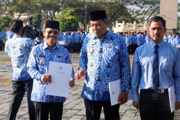 Wakil Walikota Tangerang, Sachrudin (kiri) usai menerima penghargaan. (ist)