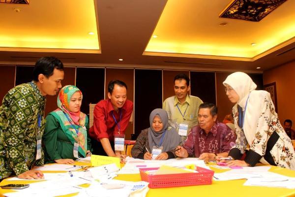 Nafan Tarihoran (berdiri dari kanan) mendampingi siswa dalam diskusi kelompok. (ist)