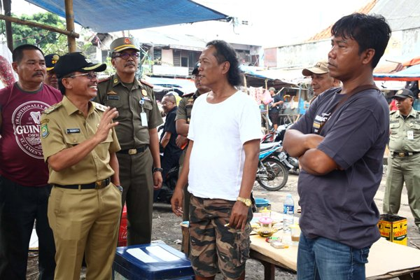 Wakil Walikota Tangerang, berbincang dengan pedagang di Pasar Anyar. (ist)