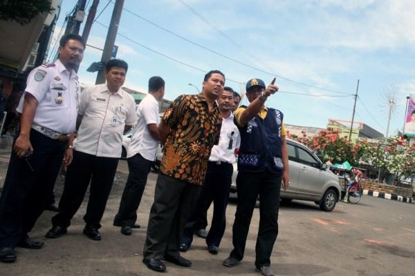 Walikota Tangerang saat meninjau kawasan Stasiun Tangerang. (ist)