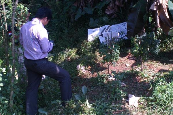 Petugas polisi memeriksa jasad yang ditemukan di Kampung Ciater. (san)