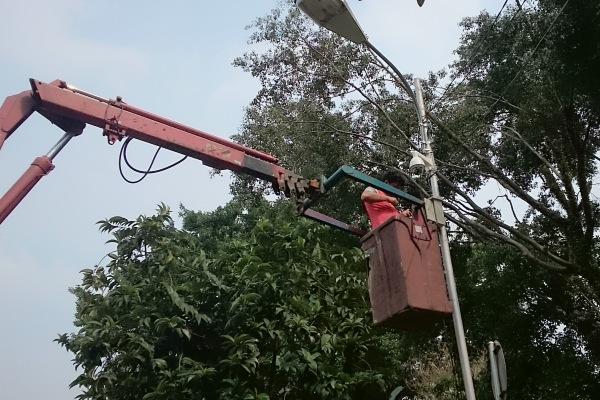 Pekerja memasang CCTV di area publik. (ist)