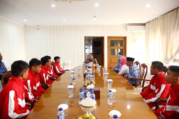 Walikota Tangerang saat menerima tim futsal dari SMK YPK. (ist)