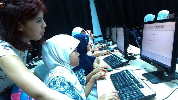 Murid-murid SDN Cihuni II tengah mengikuti pembelajaran komputer dari mahasiswa dari Australia dan UMN. (bd)