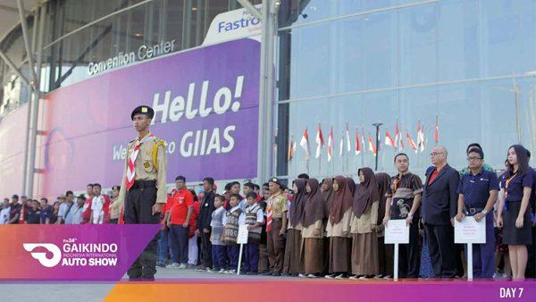 Di tanggal 17 Agustus 2016, GIIAS 2016 membuka pamerannya dengan melaksanakan upacara bendera bersama yang dihadiri oleh GAIKINDO, pramuka kwarcab Jakarta Selatan, Komunitas Modcom, Red, White, black and Silver Community, dan peserta Pameran. (ist)