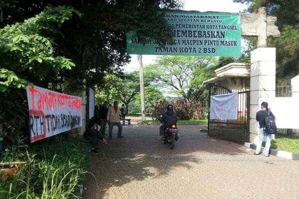 Warga memasang spanduk protes di pintu masuk Taman Kota 2 BSD. (ist)