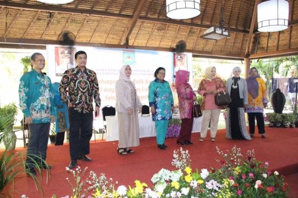 Fashion show batik yang digelar Dinas Koperasi dan UKM Kota Tangsel. (nad)