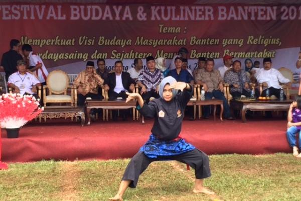 Pesilat pamer jurus dalam Festival Budaya & Kuliner Banten 2016 di Pondok Aren. (nad)