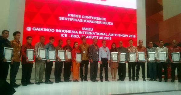 Penyerahan hasil sertifikasi kepada 17 perusahaan karoseri oleh PT IAMI. (bd)