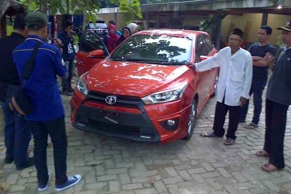 Mobil yang ditumpangi Kades Taban saat aksi perampokan yang menimpanya. (day)