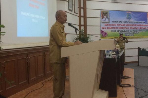 Kepala Disdukcapil, Toto Sudarto memberi sambutan dalam kegiatan sosialisasi Adminduk. (nad)