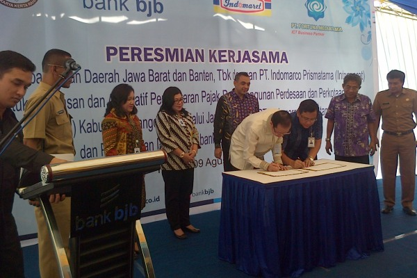 Bupati menandatangani kerjasama Pemkab, BJB dan Indomaret untuk gerai PBB-P2. (day)