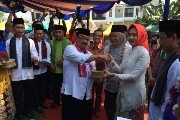 Walikota Tangsel saat membuka Festival Lebaran Betawi 2016 di Pondok Aren. (nad)
