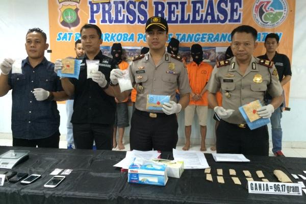 Aparat kepolisian menunjukkan barang bukti narkotika. (nad)