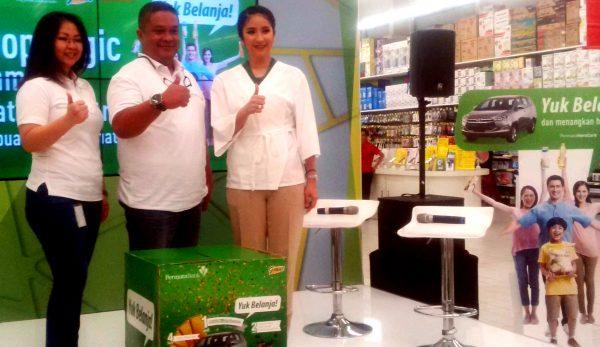 Felyncia, Head of Marketing Giant dan Bung Aldilla, Head of Consumer Lending PermataBank, serta Novita Angie saat acara #Shopalogic bersama PermataHeroCard. (bd)